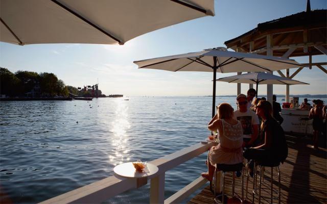Postkarte aus Bregenz: Die Riviera am Bodensee (Text: Dietrich Roeschmann; Fotos: Martin Mischkulnig) Heft 14