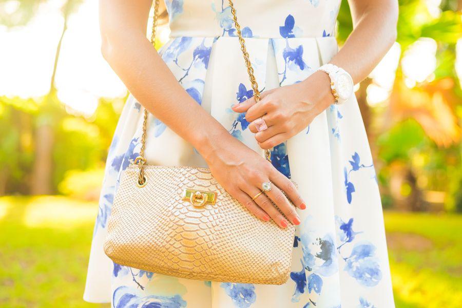 Vestido de flores estilo lady con hombros al aire Molupita bolso piel dorado…