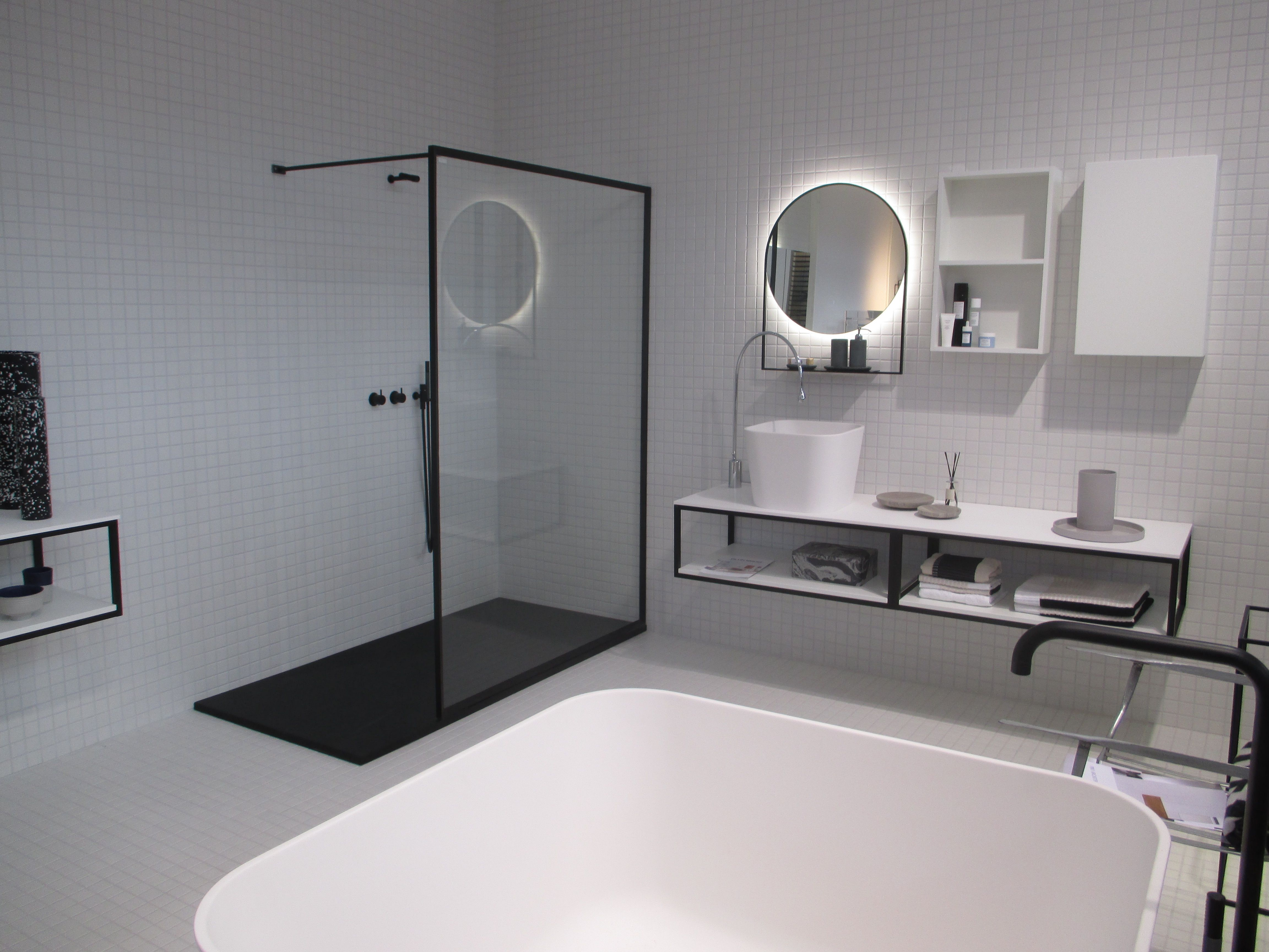 Ronde Zwarte Spiegel : Black and white bathroom small white titles zwart witte badkamer
