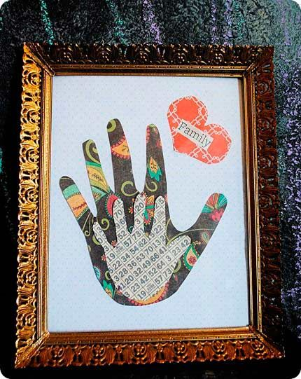 cuadro con las huellas de las manos para hacer un regalo original el dia de la
