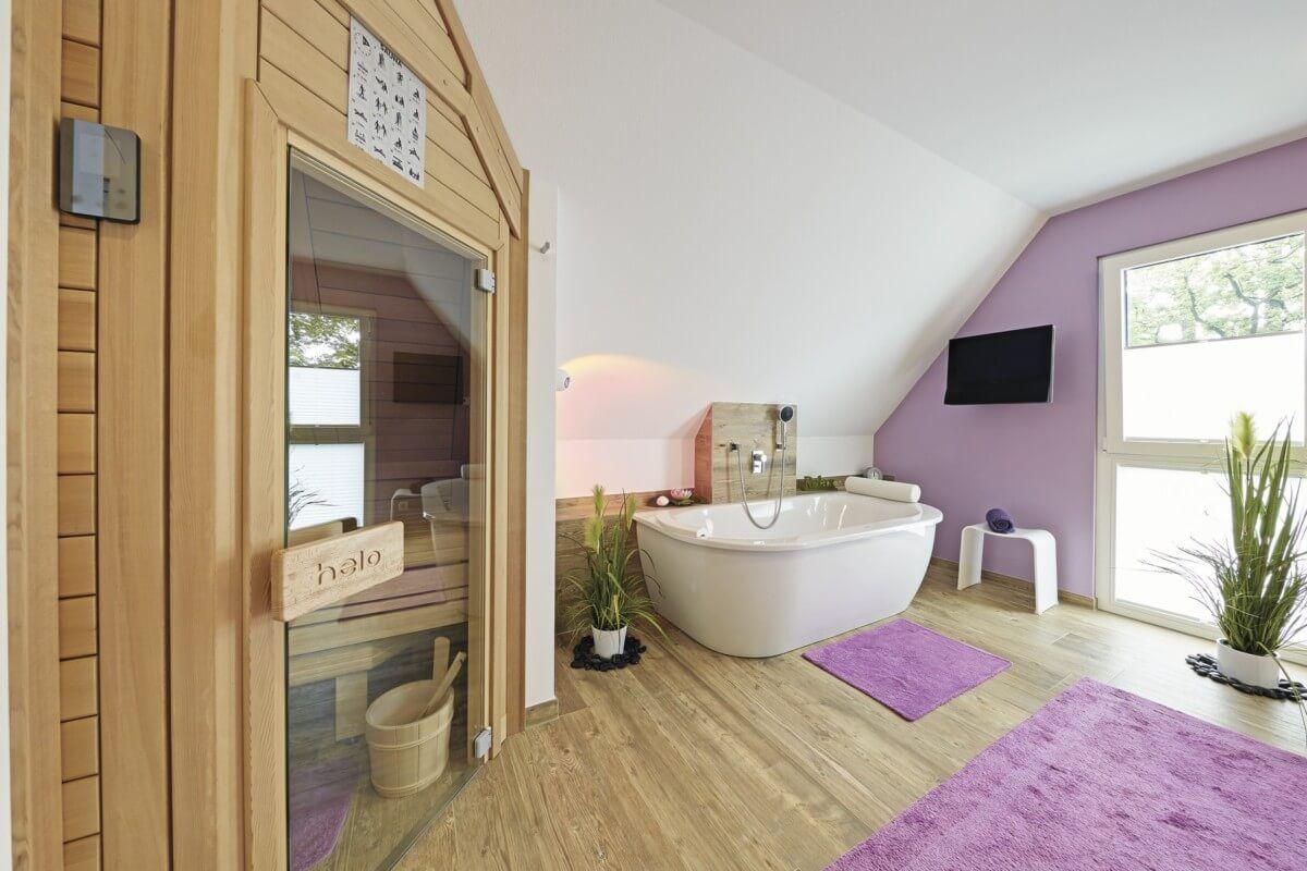Badezimmer modern mit Sauna & Badewanne freistehend unter ...