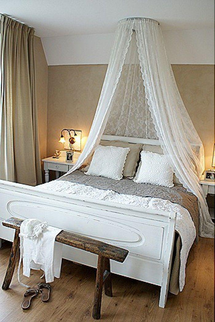 Romantisches Schlafzimmer In Warmen Beigetönen