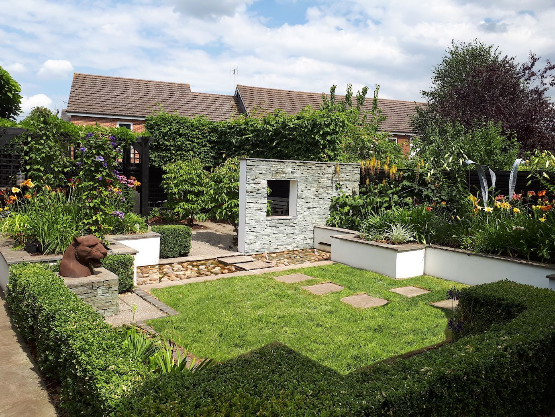 Contemporary garden design in Bracknell, Berkshire. Raised borders