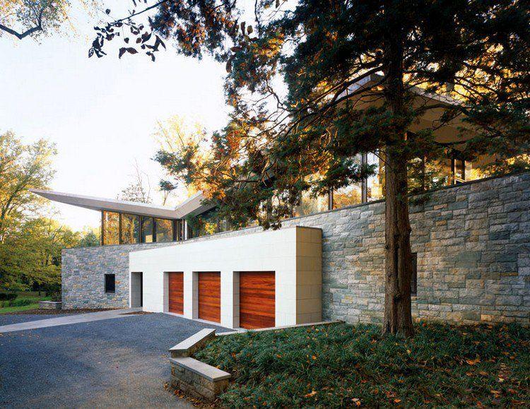 porte de garage bois rouge, parement extérieur en pierre naturelle - maison en bois et en pierre