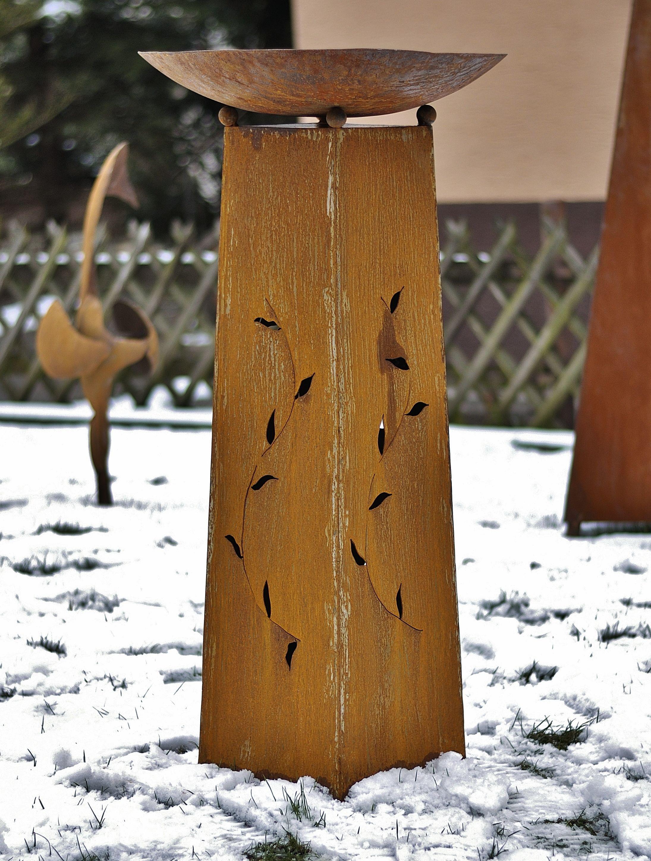 Gartendekoration, Säule mit Schale aus Metall