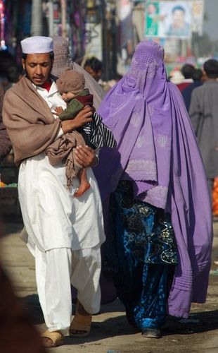 I love watching pictures of halal love / cute muslim romantic couples photos holding hands and being happy. 5 Peshawar Young Couple With Child Pakistan Culture Arab Girls Hijab Muslim Family
