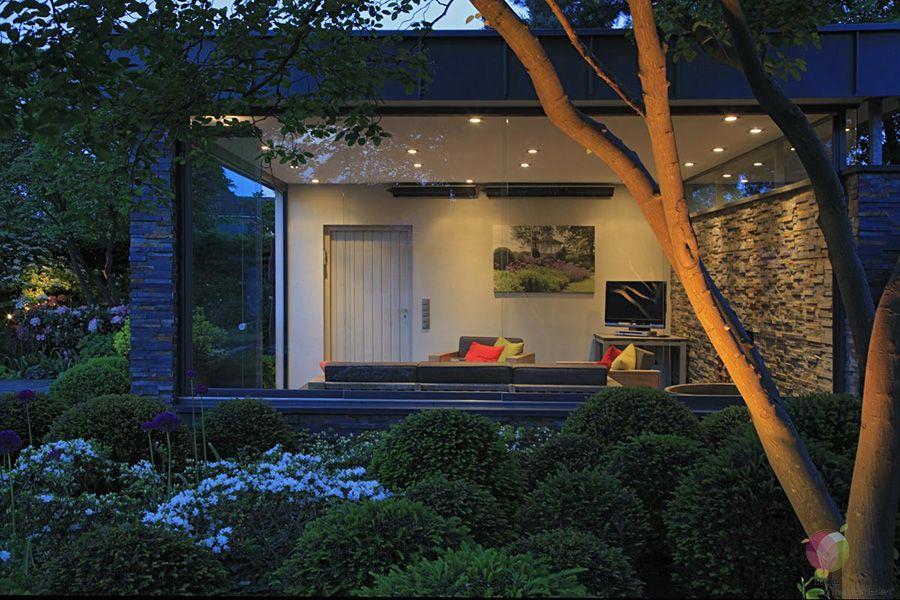 Licht Im Garten Licht Gibt Dem Garten In Den Abendstunden Eine Raumliche Wohlige Atmosphare Indirekte Beleu In 2020 Licht Im Garten Indirekte Beleuchtung Beleuchtung