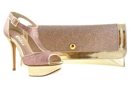 1c1d77d4174 Zapato con detalles dorados en glitter rosa junto a cartera de mano. Ideal  para looks de fiesta