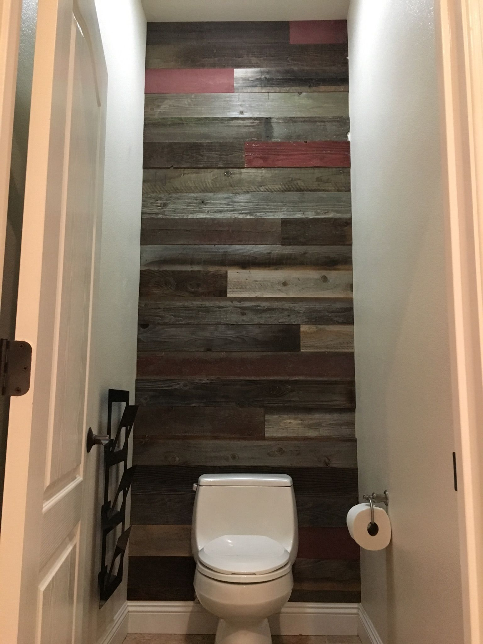 Rewoodd S Reclaimed Redwood Naturally Preserved And Bella Colour Installed In A Bathroom Accent Wall Re Wall Paneling Wooden Pallet Projects Bathroom Makeover