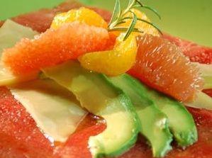 Carpaccio de sandía es una receta para 6 personas, del tipo Entrantes, Postres, de dificultad Muy fácil y lista en 30 minutos. Fíjate cómo cocinar la receta.     ingredientes   - ½ sandía en láminas muy delgadas  - ½ aguacate en rebanadas  - 5 gajos de naranja  - ¼ taza de queso parmesano en láminas  - Salsa vinagreta dulce
