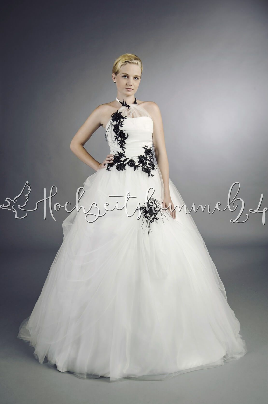 Maïwenn Brautkleid schwarz weiß A-Linie extravagant Federn