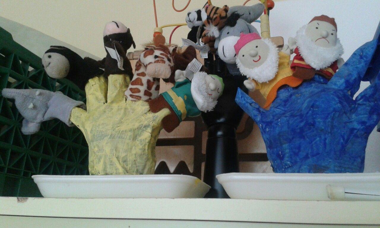Manos de papel maché, para poner las marionetas de dedos.