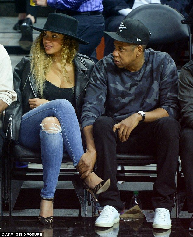 Jay Z rubs Beyonces feet at basketball game (Photos)