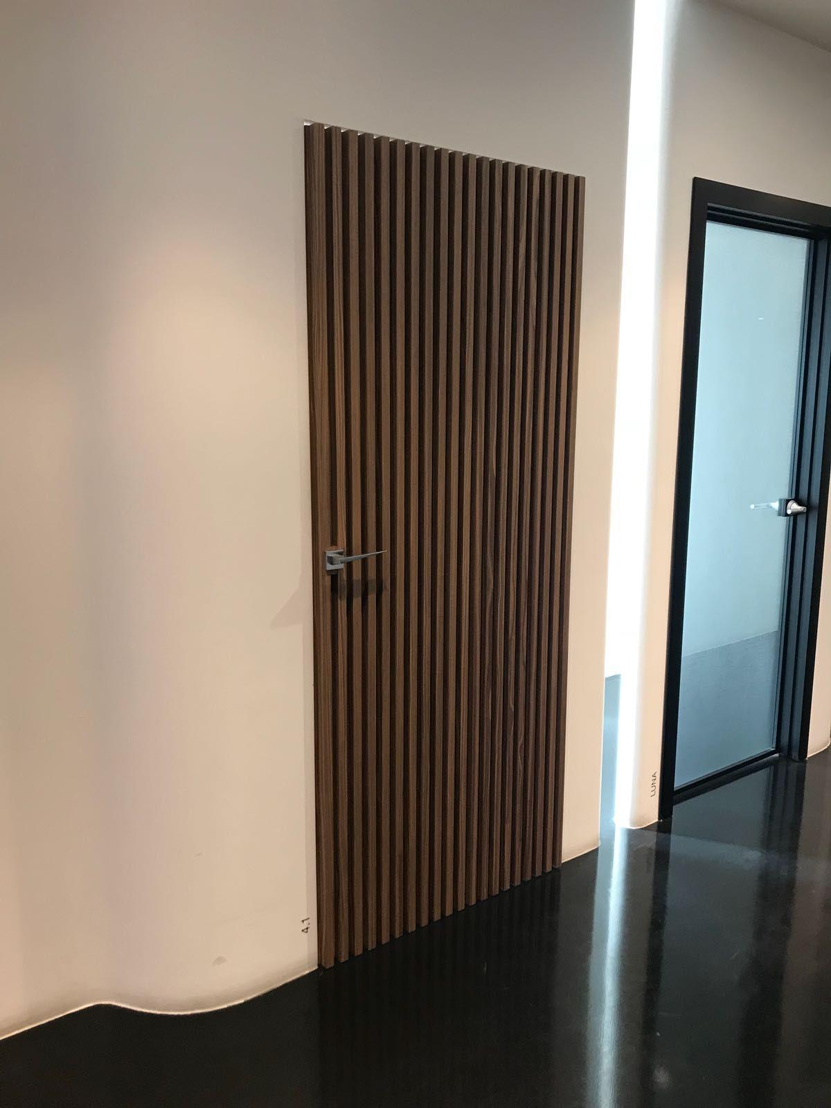 Spiksplinternieuw Houten binnendeur met echte grove hout nerven en een moderne kruk US-47