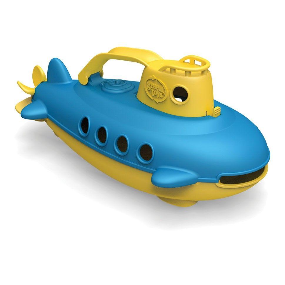 Neem een duik onder water met deze onderzeeër van Green Toys. Plaats de duikers in de onderzeeër, draai aan de motor aan de achterzijde en duik het avontuur tegemoet! De blauw met gele onderzeeër is gemaakt van stevig kunststof vervaardigd uit 100% gerecycled materiaal. Afmeting: 13,5 x 26 x 11,5 cm - Green Toys Onderzeeer