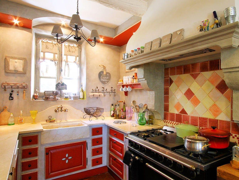 Une cuisine rouge provençale  Cuisine campagne, Cuisine rouge