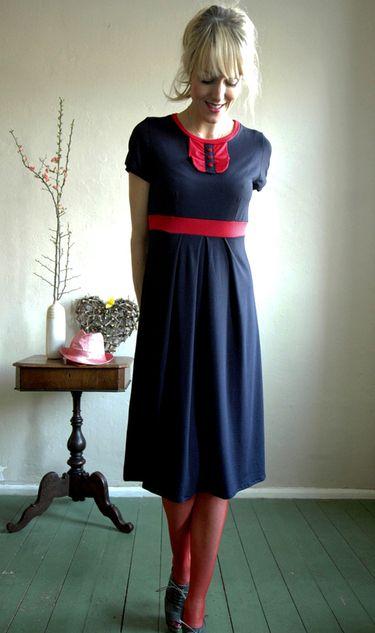 Blaues kleid mit roten blumen