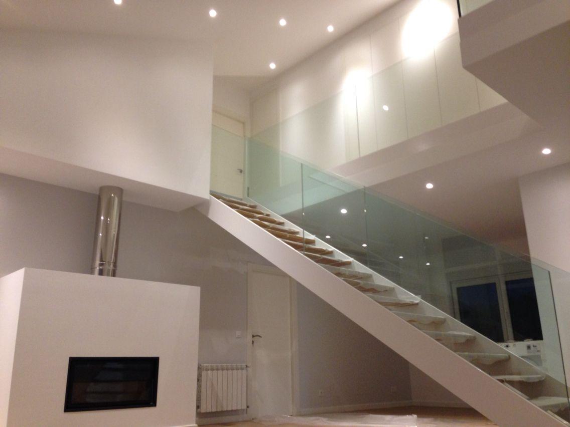 Sal n con doble altura escalera acero madera y vidrio for Escaleras de salon