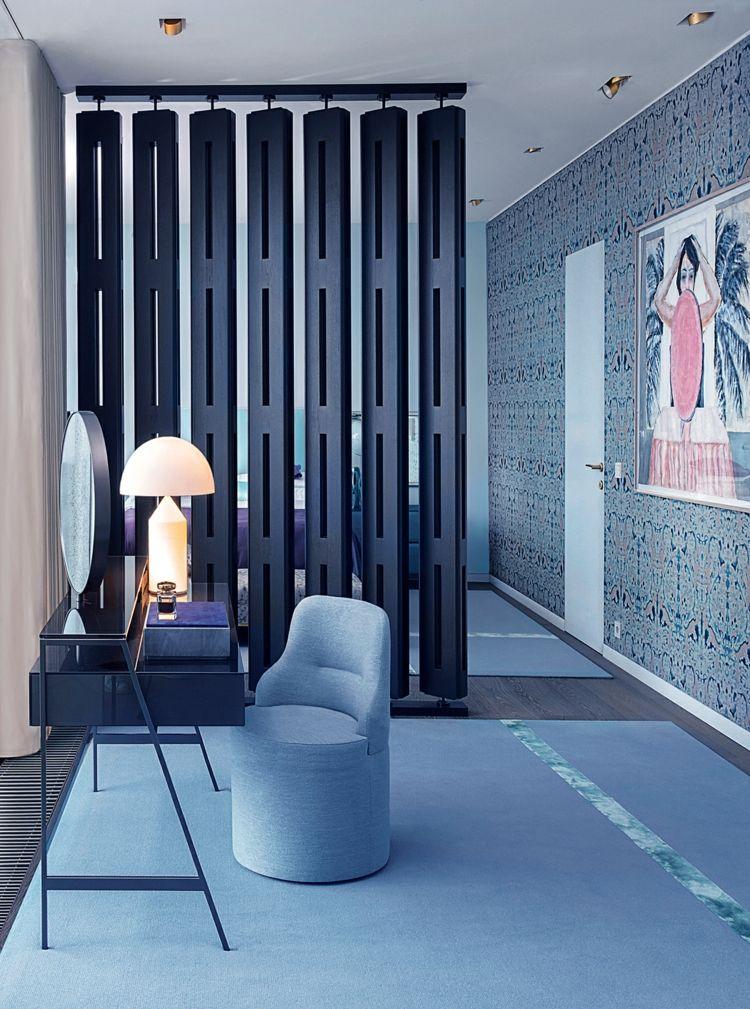Schlafzimmer Holzpaneele Schwarz Raumteiler Modern Sessel Wandgestaltung  Kosmetiktisch #interiors #design