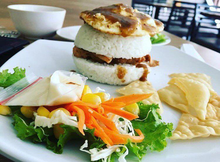 Burger Chicken Rice ala waroenkkito  Segera pesan dan hubungi free delivery 0878 8667 3072 WA tersedia Jam Buka  10002200 Senin  Minggu Menerima pesanan untuk berbagai ac...