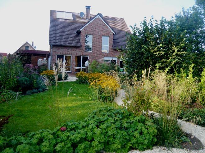 Gartengestaltung reihenhausgarten mit geschwungenen formen garten garten schmaler garten - Langer garten gestalten ...