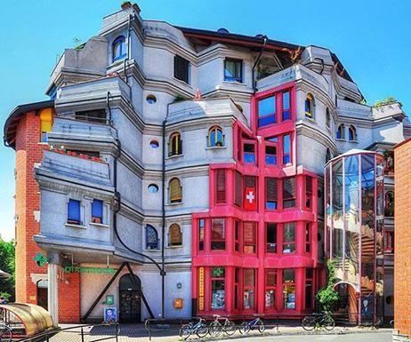 Postmoderne architektur hundertwasser trifft klassik im for Hundertwasser architektur