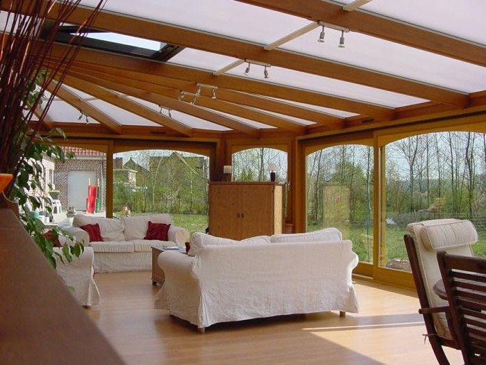 Jolie veranda bioclimatique en bois clair moderne