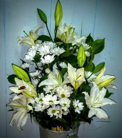 Ramos De Flores Blancos Para Difuntos Envío Al Tanatorio En El Dia Flores Arreglos Florales Floristerías