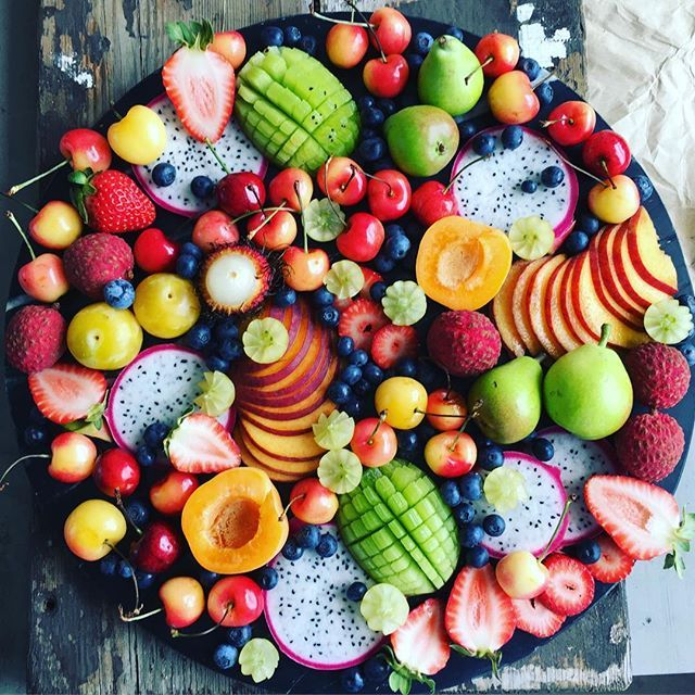 Goood afternoon all 🙋🏼 . I have spend the past few hours in the kitchen creating things (I tried to make a video of me making this fruit platter, but it was a total fail 😂😂) . My kitchen is literally covered in fruit right now 😱 I can't even deal...I need to clean it up & make a salad, but think I might need a nap first 😴😴 haha . Hope you're all having a great weekend 😘💚💙