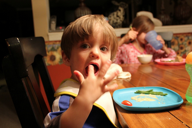 How Mom Ends the Mealtime Power Struggle - YummyShapes: http://yummyshapes.com/thats-mom/