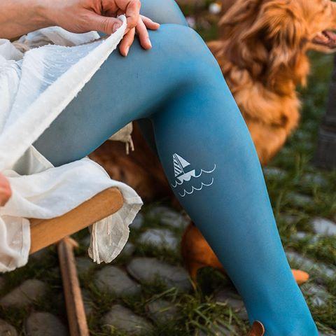 Ukaž nohu a vyraž třeba na lod⛵️#letojezadvermi #jarnikolekce #puncochace #muhehe #ceskydesign #handmade #bluetights #marinestyle #boatlife⚓️ #fashiontights #designtights #instafashion #printedtights #legwear #legfashion #visitinncafe  Fotil skvělý @kubiik_fotograf