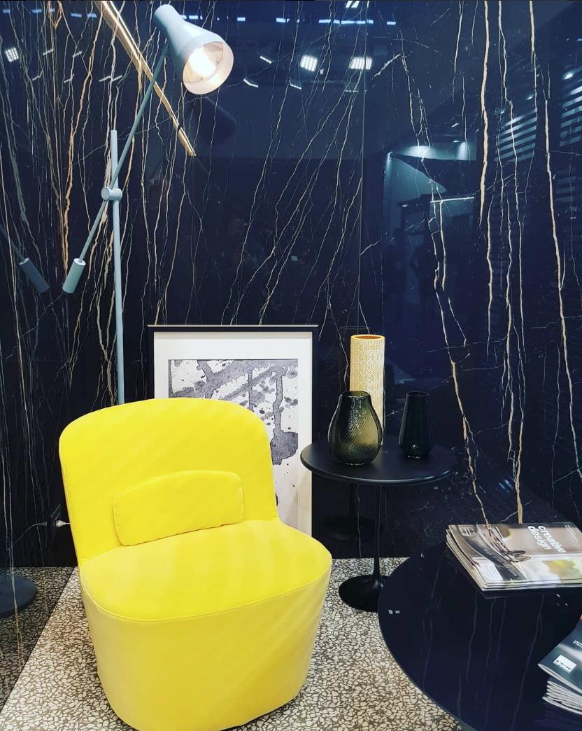 Mur De Marbre Bleu Sol En Ceramique Florin Fauteuil Jaune Table Basse Noire Matte Lampe Blanche Showroom David B Paris Deco Deco Home Decor Decor Accent Chairs
