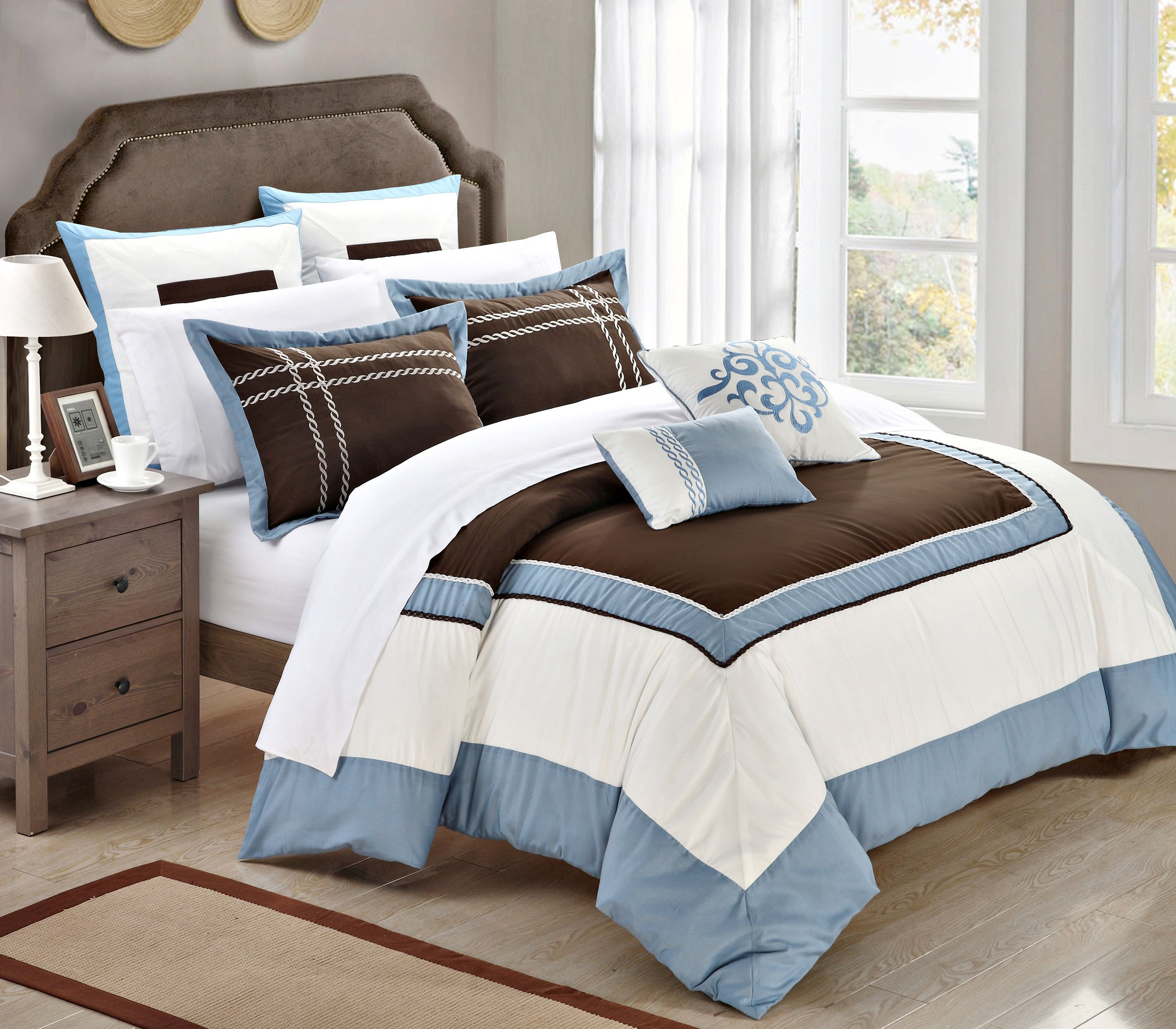 Elegant and Contemporary detailed 7piece Comforter Set