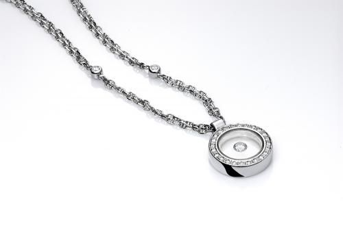 Cadena y colgante CELESTE Cadena y colgante en forma circular en oro blanco de 18 kilates, montado con diamantes talla brillante con un peso total de 0,80 quilates.