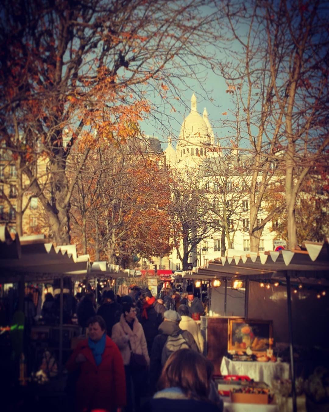 Die #montmartre Gegend entzückt immer wieder aufs neue! Die Flohmärkte laden auch an kalten Winternachmittagen zum Verweilen ein!  Im Hintergrund thront die #sacrecoeur Kirche!