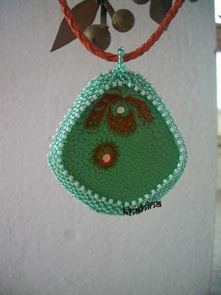 Collier fantaisie mosaique vert-blanc-mandarine http://boutique.bijoux-khahina.com/product/pendentif-fantaisie-vert-goutte-de-mandarine/