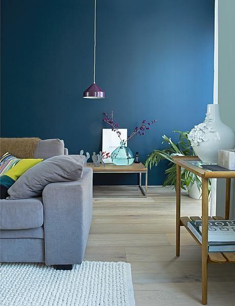 Blauwe Design Bank.Door De Wand Achter De Bank In Een Sfeervolle Teint Blauw Te