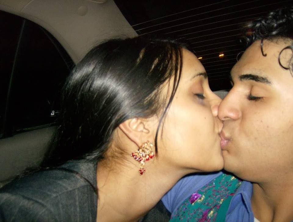 Hot Kiss Indian Girl