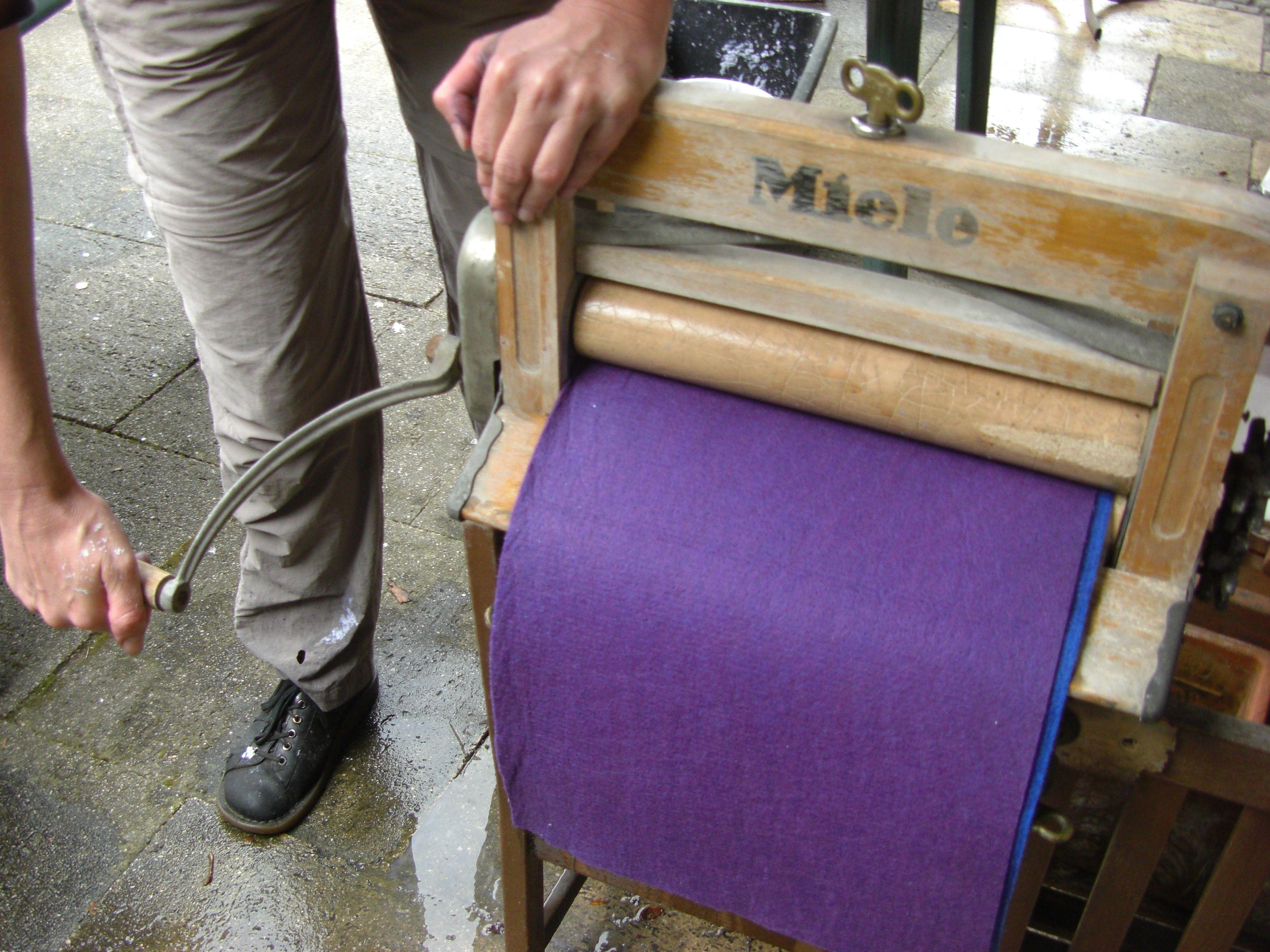 Mein neuer Wäschetrockner ;-)  --- Miele Wäschemangel. Genial um handgeschöpftes Papier durch die Mangel zu drehen! Das Papier muss zwischen zwei Fließe gelegt werden. Pin von Diana Stevens