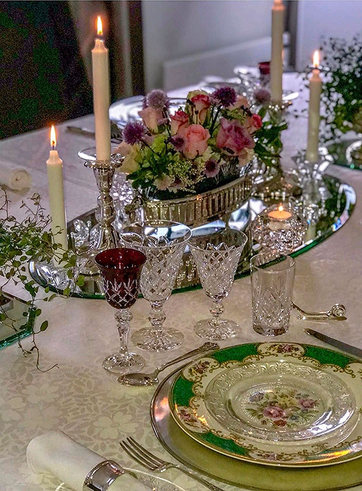 Pin By Ronald Cormier On Nizak Stol In 2020 Dinner Table Setting Dining Room Table Centerpieces Beautiful Table Settings