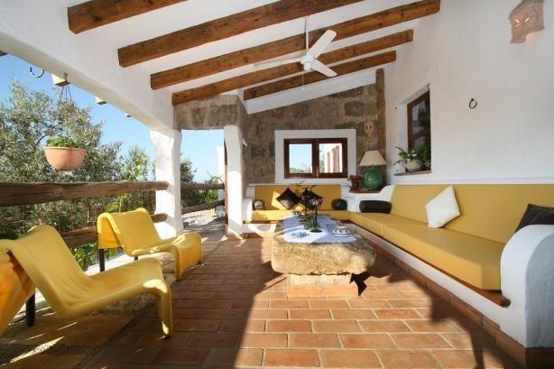 Kom helt ned i gear med en afslappende stund i den udendørs lounge :-) #pollensa #mallorca #feriebolig #terrasse #hygge