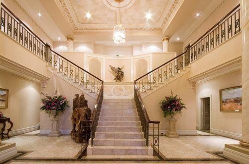 Sala De Estar De Mansão Com Escada Pesquisa Google Escadas