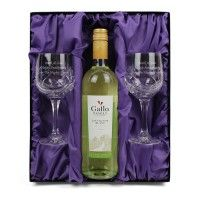 The beautiful gift set contains two personalised wine glass and a bottle of white wine.