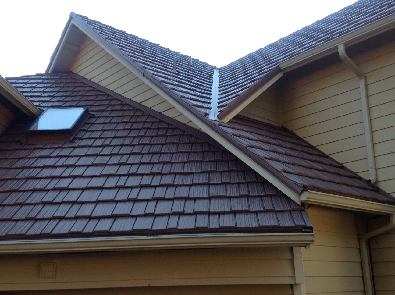 Classic Metal Roofing Country Manor Shake Aged Bronze Wa State Www Rainier View Com Or Www Rvcrblog Com Roofing Metal Roof Roof Colors