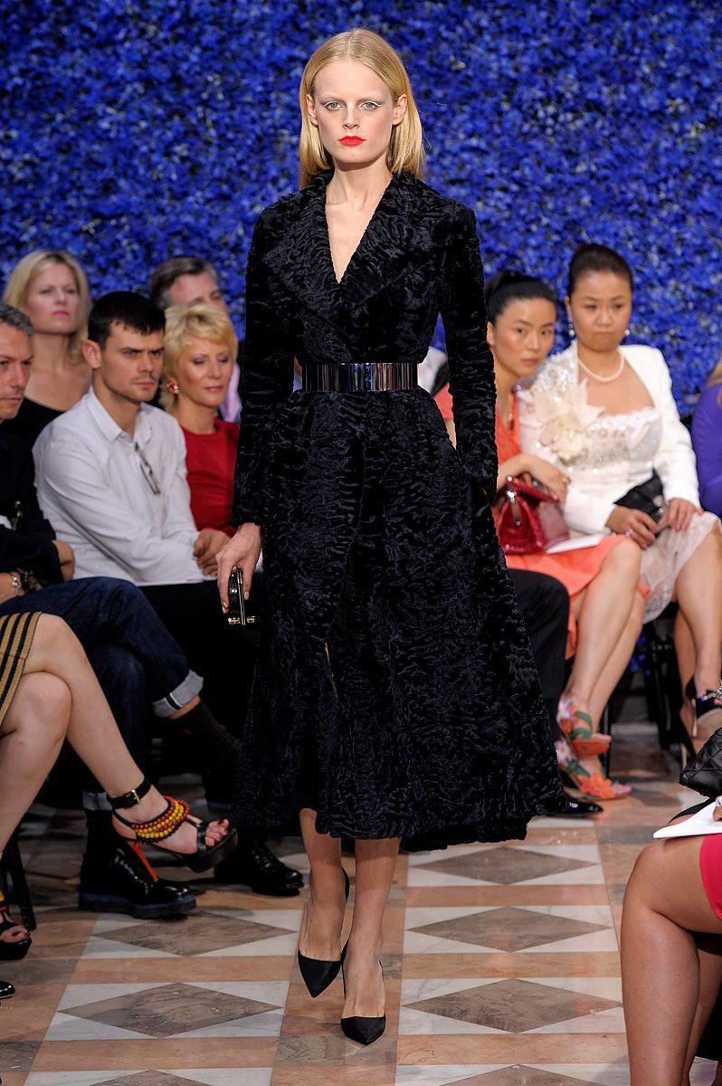 Lady velvet. Look FW 2012 - Christian Dior. Black embroidered velvet coat! Sophisticated!