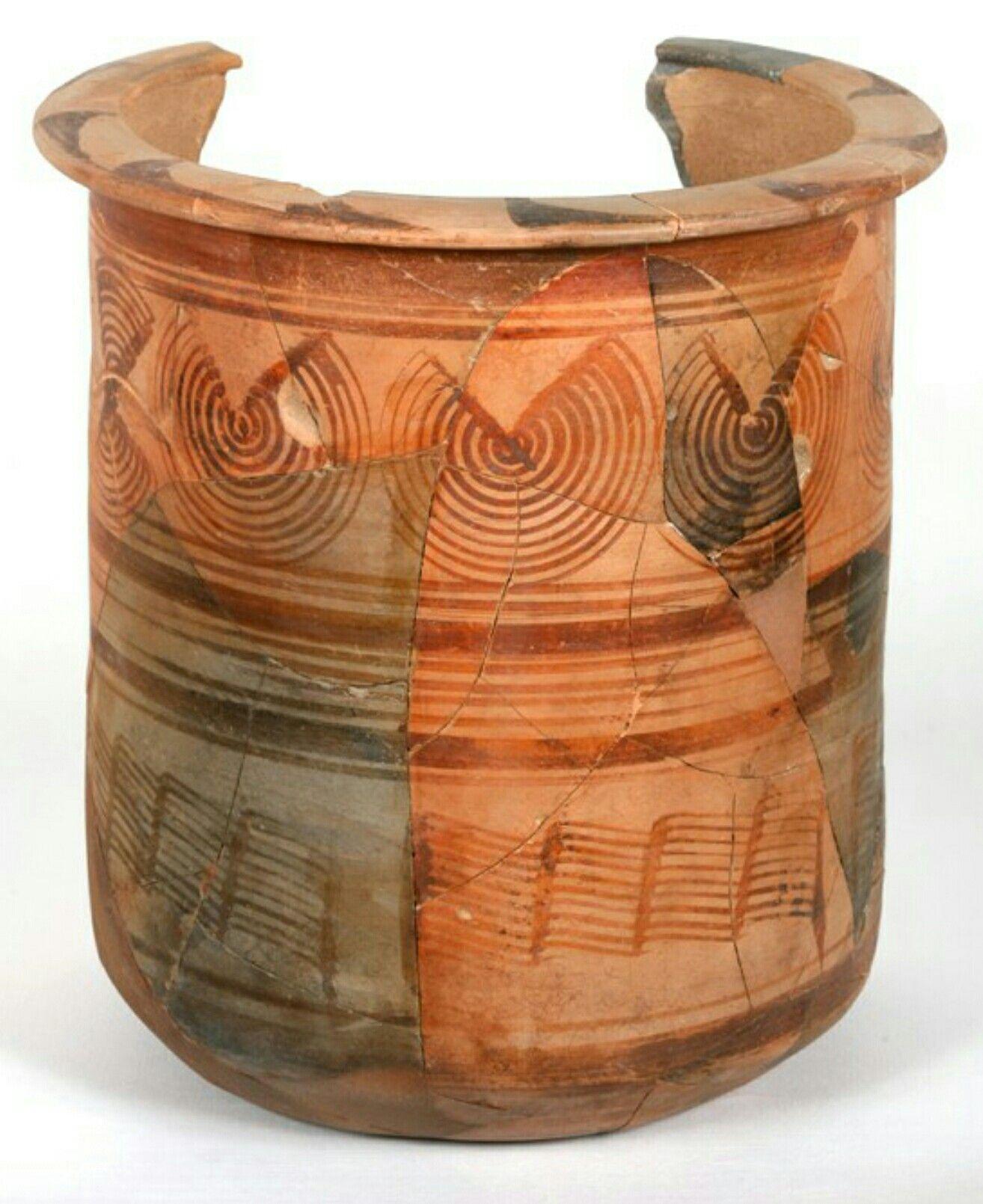 Kalathos Íbero con decoración en círculos concéntricos, pelucas y bandas.  Museo de Huesca.