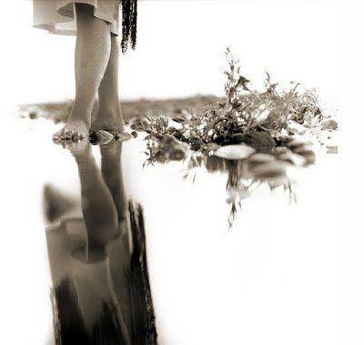Quando o meu grito for silêncio e solidão  a minha pele já sem viço enrugar  e nos meus olhos não restar nem um só brilho  eu ainda te amarei, meu doce amigo…    E se nas noites sem razão e sem luar  de manto negro as estrelas se cobrirem  ou se o sol em pleno dia se esconder  trazendo escuridão e desabrigo    ainda assim o teu amor me guiará  e te amarei: é para sempre, doce amigo…    (Ariadna Garibaldi)