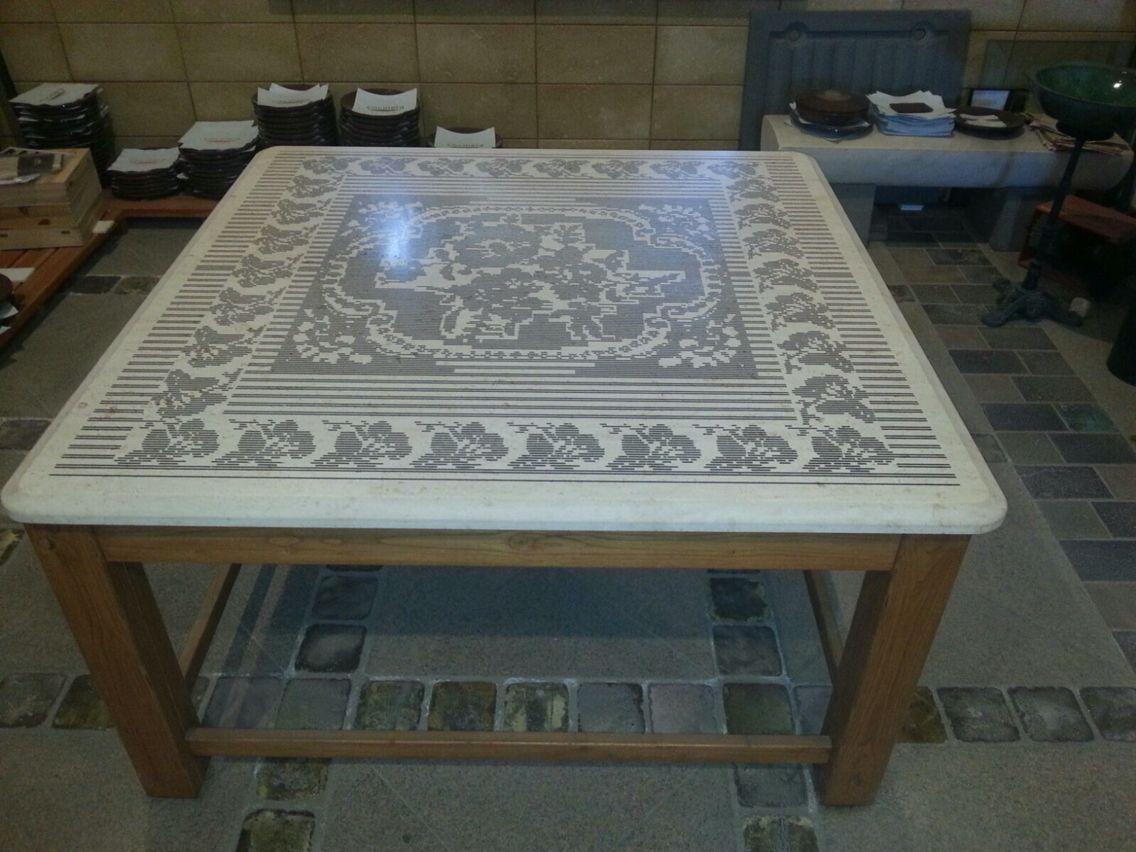Arredamento sardo ~ Tavolo in biancone con incisioni che ricordano tappeto sardo