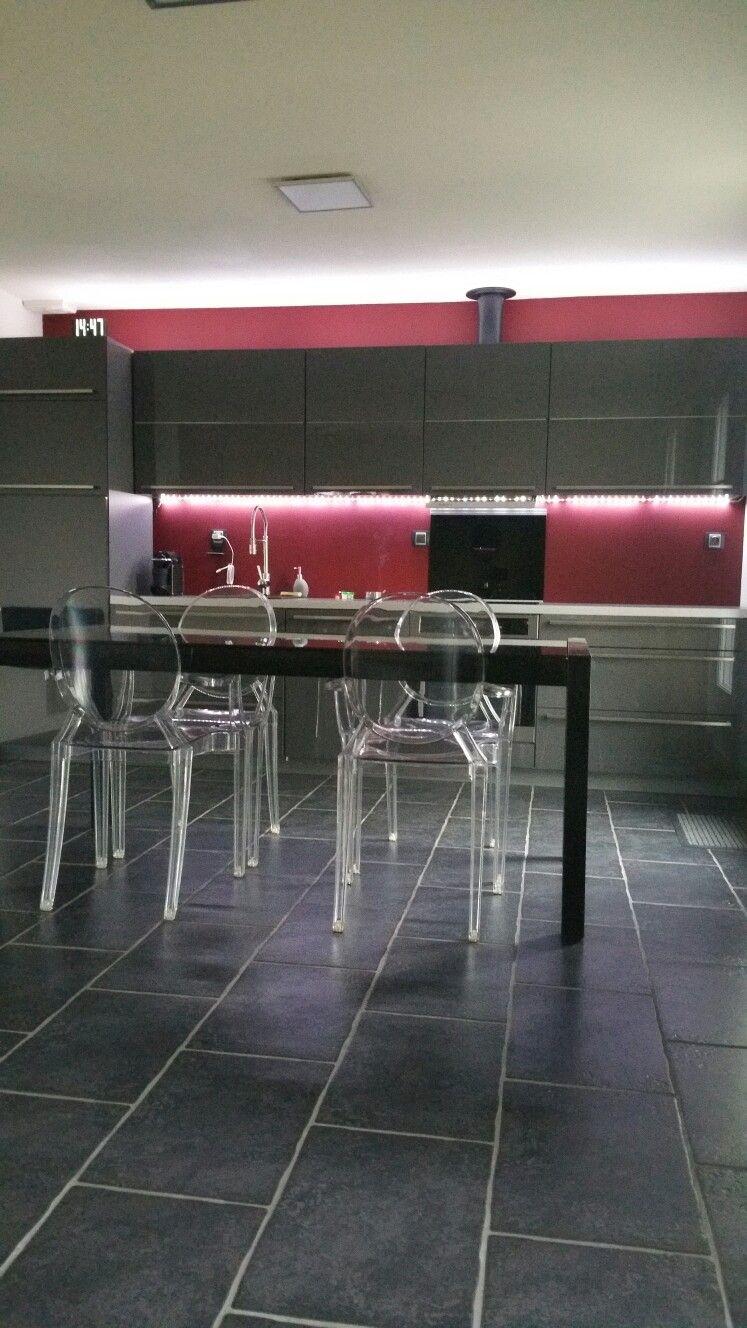 Cuisine grise mur rouge et carrelage noir | imen | Carrelage ...