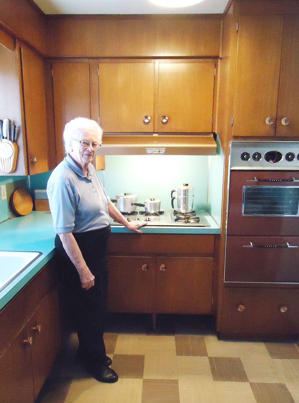 58 Ans Dans La Meme Cuisine 1958 Mere De Judy De Cuisine Doreen Calgary In 2020 Retro Renovation Mid Century Modern Kitchen Retro Kitchen
